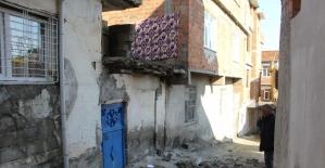 Duvar çöktü anne ve kızı altında kalarak ağır yaralandı