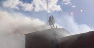 Fabrikanın ambarında çıkan yangın korkuya neden oldu