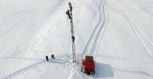 'Kar Kaplanları', köyleri elektrik için yollarda