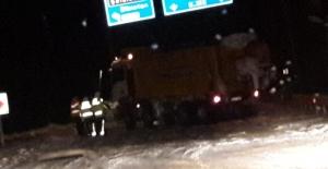Kar küreme aracı kaza yaptı, yol...