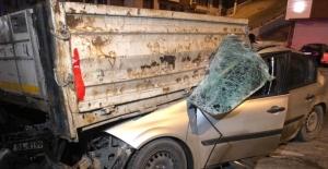 Otomobil tırın altına girdi:...