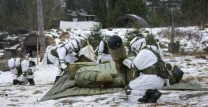 Rus askerleri tatbikatta uçak ve tank kamuflajları kullandı
