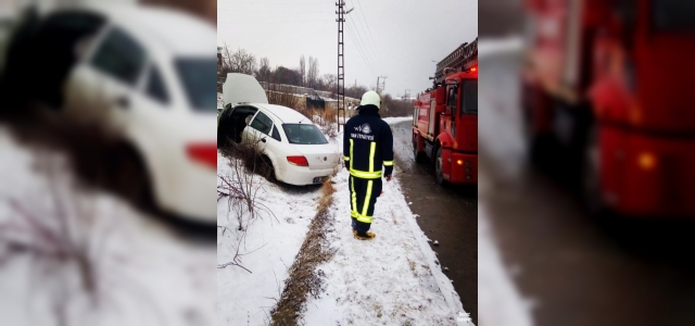 Van'da kaza yapan otomobilde yangın çıktı