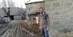 Köy halkı çamurlu ve bozuk yoldan...
