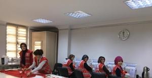 Mamak Belediyesi Aile Merkezleri Türk Kızılay'ı için elbise dikti