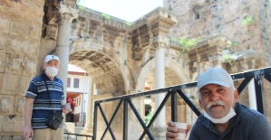 Antalya'da 65 yaş ve üstü vatandaşların adresi dünyaca ünlü Konyaltı Sahili varyantı oldu