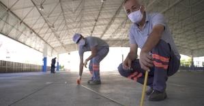 Antalya'da pazar yerlerinde sosyal mesafeli cuma namazı hazırlığı