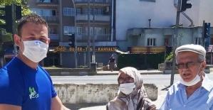 Bayramda sokağa çıkan yaşlılara maske dağıtıldı