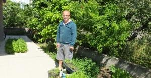 Burhaniyeli vatandaş bahçesinde ürettiği sebze fidelerini komşularına dağıtyor