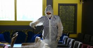 Büyükşehir açılacak dükkanları dezenfekte ediyor
