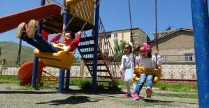 Çocuklar dışarı çıkmanın mutluluğunu yaşadı