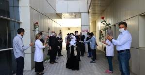 Erciş'te korona tedavisi tamamlanan 4 kişi alkışlarla taburcu edildi