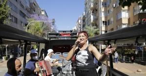 Evde kalan Antalyalılar mobil konsere balkonlardan eşlik etti
