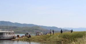 Kısıtlama 4 saatliğine kaldırıldı, Siirtli çocuklar su kenarına akın etti