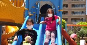 Mardin'de 3'üncü kez sokağa çıkan çocuklar parklara koştu