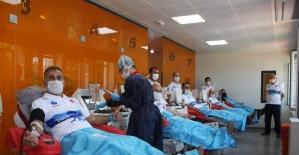 """(Özel) """"Sarayburnu Fatihleri"""" Kızılay'a kan bağışında bulundu"""