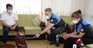Polisi görünce merdivenin altına saklanan çocuğa bayram sürprizi