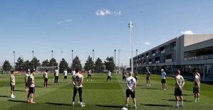 Real Madrid, korona virüsten ölenleri unutmadı