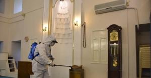 Şehzadeler Belediyesi camileri dezenfekte ediyor
