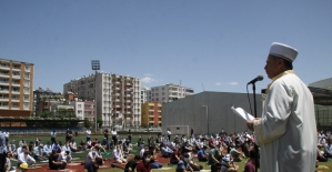 Siirt'te vatandaşlar cuma namazını çim sahada kıldı