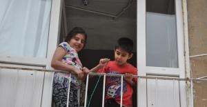 Sokağa çıkamayan çocuklar şekerlerini sepet sarkıtarak aldı