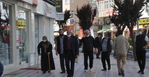 Sokağa çıkma izni olan yaşlılar cadde ve parklara doldurdu