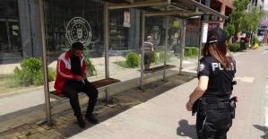 Sokakta kalan vatandaşa polis böyle müdahale etti