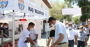 Kaş'ta demokrasi şehitleri için lokma dağıtıldı