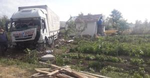 Kontrolden çıkan tır tarladaki evi çarptı