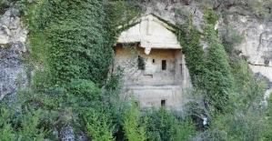 (Özel) Definecilerin hedefi olan kaya mezarları kurtarılmayı bekliyor
