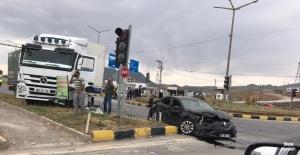 Tatvan'da tır ile otomobil çarpıştı: 2 yaralı