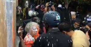 ABD'de göstericiler 2 yaşlı kadına saldırdı