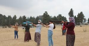 Avcılar ve atıcıların yayla şenliğinde kadınlar kıyasıya yarıştı
