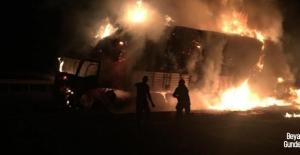 İran-Irak sınırındaki kamyonlar yandı