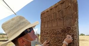 Tarihi mezar taşlarının dili çözülüyor