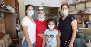 Balıkesirli kadın terzi kıyafete göre maske üretiyor
