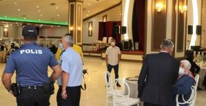 Sultanbeyli'de nikah törenleri ve halı sahalarda Covid-19 denetimi