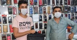Suriyeli genç kaldırımda bulduğu telefon dolu çantayı sahibine teslim etti