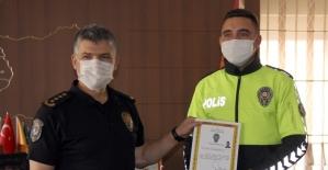 Yaralı köpeğe şefkat eli uzatan polis teşekkür belgesiyle ödüllendirildi