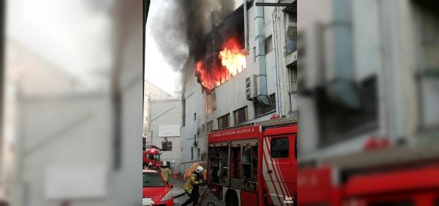 Kağıthane'de 4 katlı iş merkezinde yangın çıktı. Olay yerine çok sayıda itfaiye ekibi sevk edildi, ekiplerin yangına müdahalesi devam ediyor