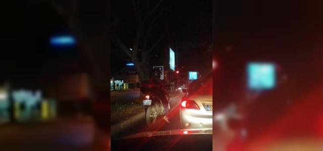 Motosikletli sürücünün kırmızı ışıktaki çılgın dansı otomobil sürücülerini güldürdü
