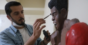 Ünlü boksör Muhammed Ali'nin rölyef heykeli ilgi görüyor