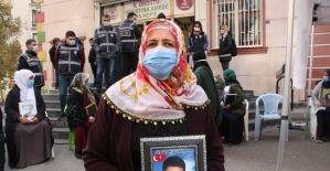 """Evlat nöbetindeki ailelerden HDP'lilere tepki: """"Çocukları PKK'ya sattılar, lüks arabalara biniyorlar"""""""