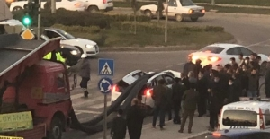 Mardin'de tonlarca inşaat demiri ışıkta bekleyen aracın üstüne düştü