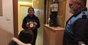 Sokağa çıkamayan minik Nisan Nur'un çiçeğini öğretmenine vermesine zabıta yardım etti