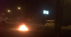 Yol kenarında yakılan lastik ateşi korkuttu