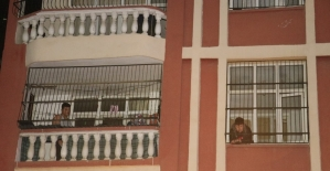 2 katlı müstakil evdeki odunluk yandı, vatandaşlar evlerinin balkonuna çıkarak kurtarılmayı bekledi