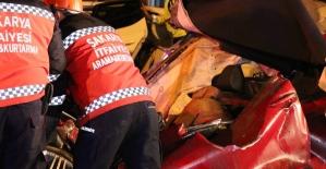 Asfalt kamyonunun kağıt gibi ezdiği lüks otomobilden cansız bedeni çıktı