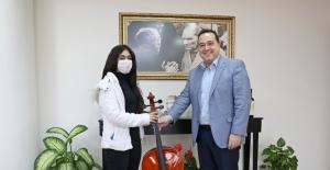 Başkan Dutlulu, genç kızın çello hayalini gerçekleştirdi