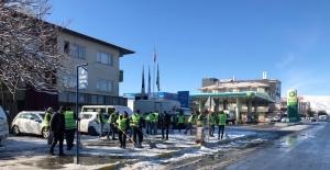 Belediye ekiplerinden karla mücadele